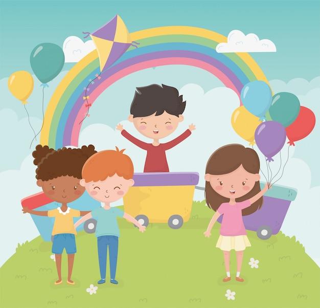 Glücklicher kindertag, mädchen und jungen mit spielwaren im park