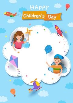 Glücklicher kindertag mit dem jungen und mädchen, die auf wolke mit fahrzeug auf himmel spielen
