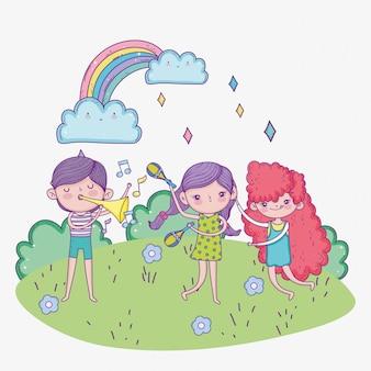 Glücklicher kindertag, niedliche mädchen und junge, die musik mit maracas trompetenpark spielen