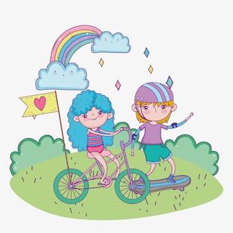Glücklicher kindertag, niedlicher junge und mädchen, die fahrrad und skateboard im park reiten