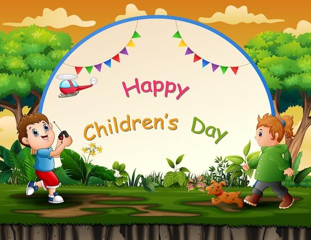 Glücklicher kindertageshintergrund mit den kindern, die am park spielen