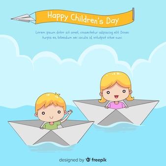 Glücklicher kindertageshintergrund mit kindern in der gezeichneten art der papierboote in der hand