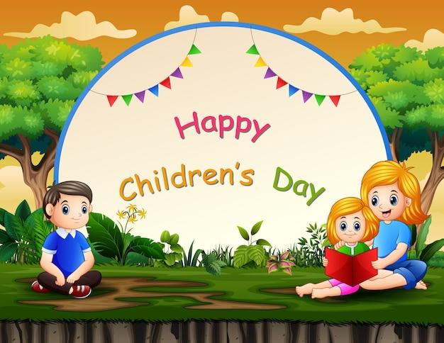 Glücklicher kindertaghintergrund mit familie