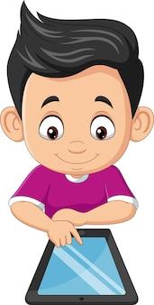 Glücklicher kleiner junge der karikatur, der tablette verwendet