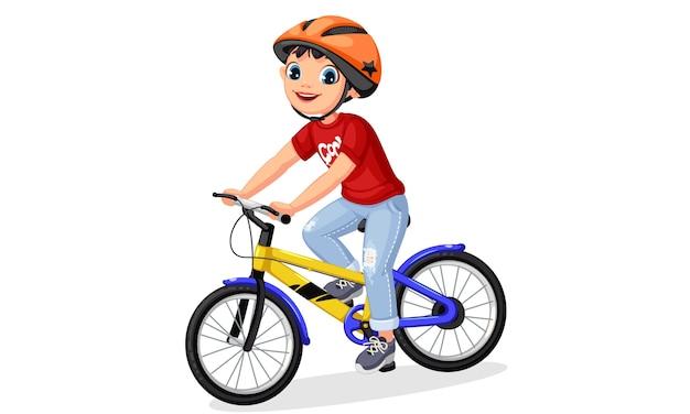 Glücklicher kleiner junge im helm, der fahrrad fährt