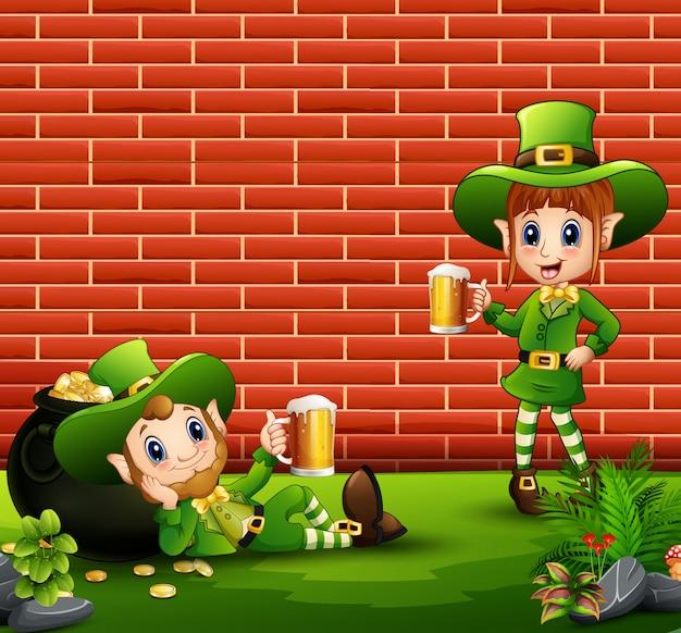 Glücklicher koboldjunge und -mädchen, die ein bier anhalten