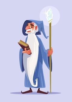 Glücklicher lächelnder alter zauberercharakter mit weißem bart halten magisches buch.