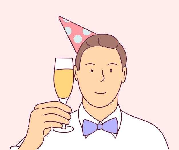 Glücklicher lächelnder silvesterabend, der mann mit hut und glas champagner auf party feiert.