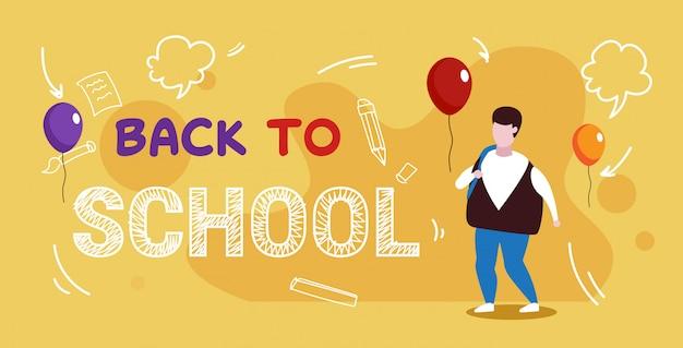 Glücklicher lehrer tag weltfeiertag feier konzept schüler mit rucksack skizze grußkarte in voller länge stehen