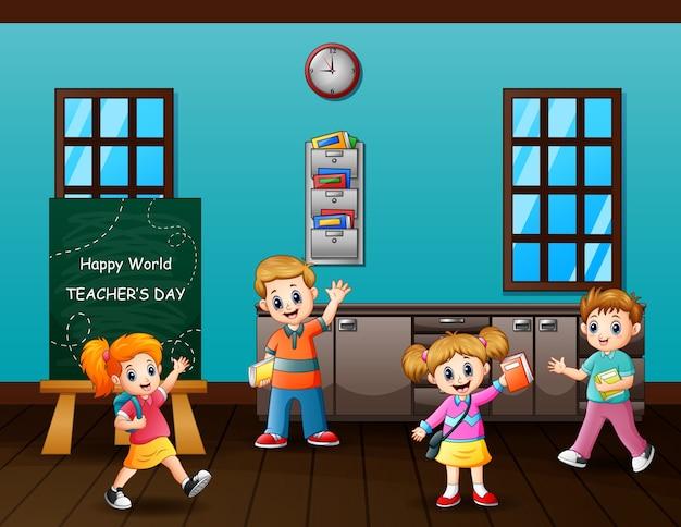 Glücklicher lehrertagstext an tafel mit glücklichen schülern
