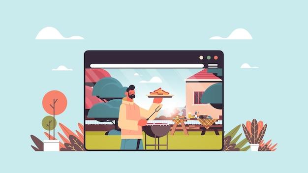 Glücklicher mann, der grillwürste zu hause picknick im hinterhof online-kochkonzept webbrowser fenster horizontales porträt vorbereitet