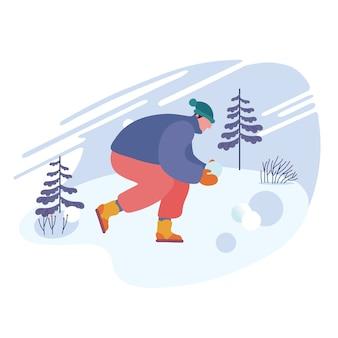 Glücklicher mann, der schneebälle des schnees macht, das lacht und winterferien genießt.