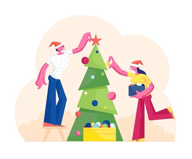Glücklicher mann und frau, die weihnachtsbaum verzieren, setzen kugeln auf zweigen und stern oben. charaktere, die sich auf neujahr und weihnachtsfeier vorbereiten. karikatur flache illustration