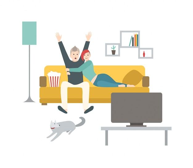 Glücklicher mann und frau sitzen auf bequemer couch, essen popcorn und sehen sportspiel im fernsehen. nettes junges verheiratetes paar, das zeit zusammen zu hause verbringt. flache karikatur bunte illustration.