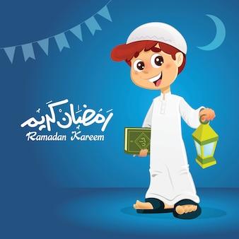 Glücklicher moslemischer junge, der quran-buch hält