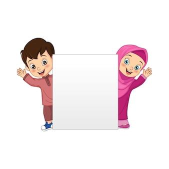 Glücklicher muslimischer kinderkarikatur mit leerem zeichen