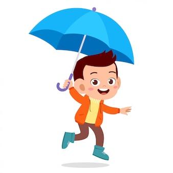 Glücklicher netter kindergebrauchsregenschirm-regentag