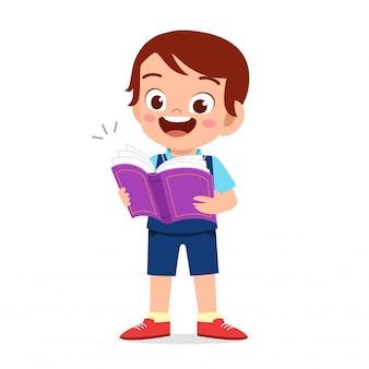 Glücklicher netter kinderjunge bereit, zur schule zu gehen