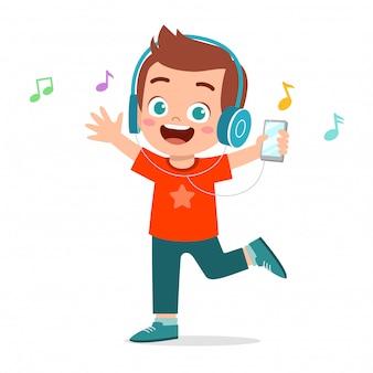 Glücklicher netter kinderjunge hören musik
