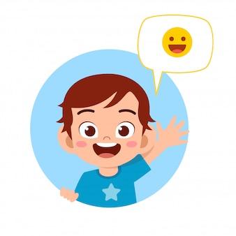 Glücklicher netter kinderjunge mit emoji ausdruck