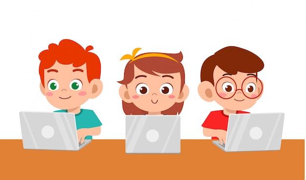 Glücklicher netter kinderjunge und -mädchen, das laptop verwendet