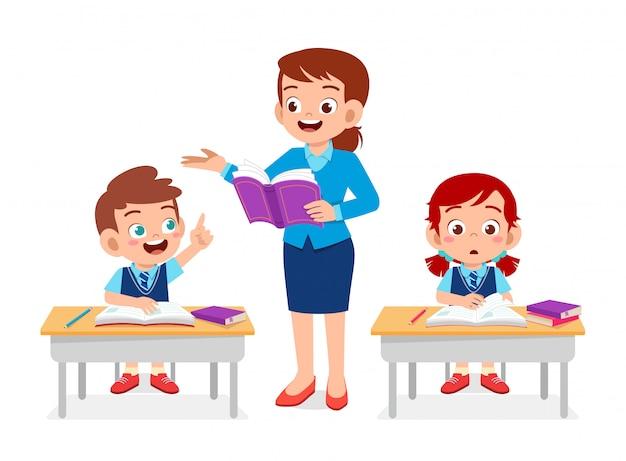 Glücklicher netter kinderjunge und -mädchen studieren mit lehrer