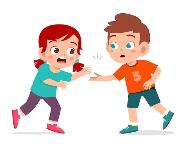 Glücklicher netter kinderjungen-hilfsfreund vom herunterfallen