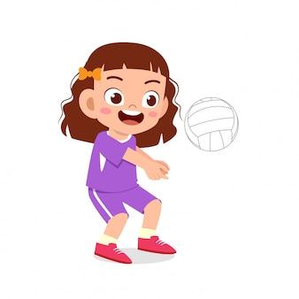 Glücklicher netter kindermädchenspiel-zugvolleyball