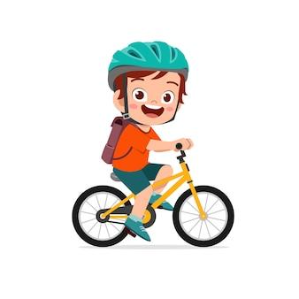 Glücklicher netter kleiner junge, der fahrrad fährt