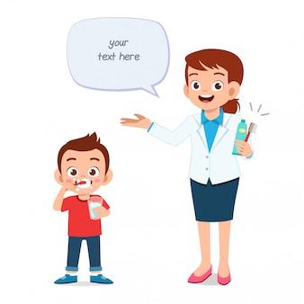 Glücklicher netter kleinkindjunge mit zahnarzt
