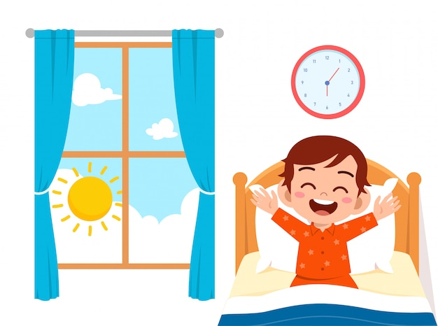Glücklicher netter kleinkindjunge wachen auf