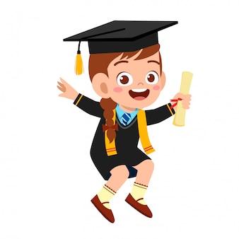 Glücklicher netter kleinkindjungenabsolvent von der schule