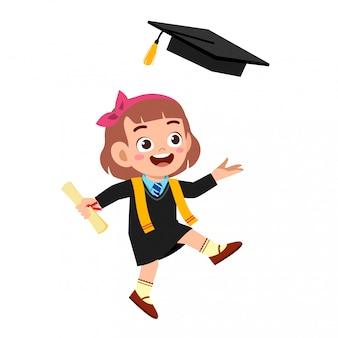 Glücklicher netter kleinkindmädchenabsolvent von der schule