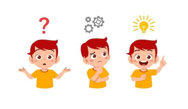 Glücklicher niedlicher kleiner junge, der ideenprozess denkt und sucht