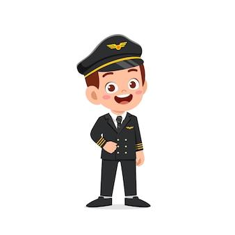 Glücklicher niedlicher kleiner junge, der pilotenuniform trägt