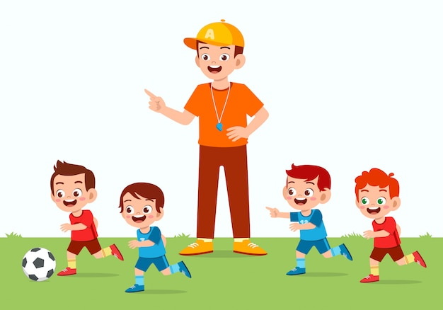 Glücklicher niedlicher kleiner junge spielt fußball mit freund