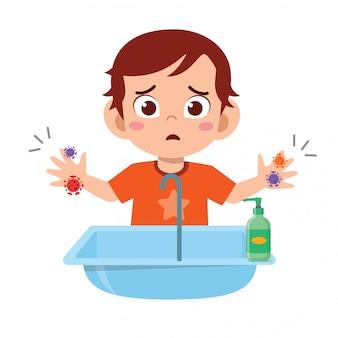 Glücklicher niedlicher kleiner junge wäscht hand im waschbecken