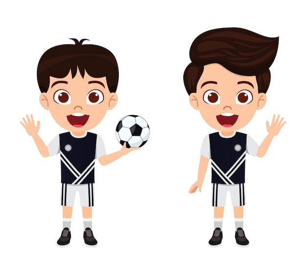 Glücklicher niedlicher kleiner kinderjungencharakter, der mit fußball mit schönem schwarzem trikot mit fröhlichem ausdruck winkt, isoliert