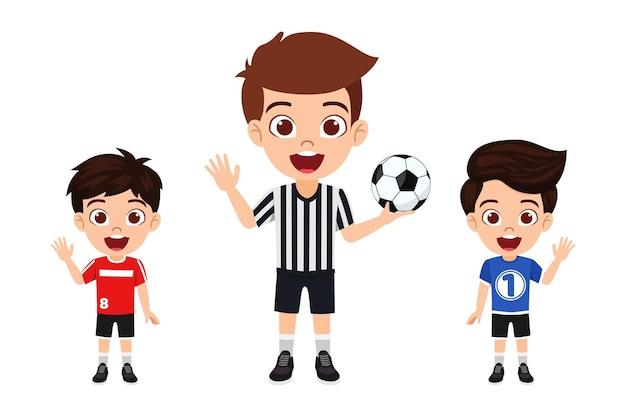 Glücklicher niedlicher kleiner kinderjungencharakter, der mit schiedsrichter mit fußball mit schönem trikot mit fröhlichem ausdruck isoliert winkt