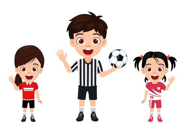 Glücklicher niedlicher kleiner kindermädchencharakter, der mit schiedsrichter mit fußball mit schönem trikot mit fröhlichem ausdruck isoliert winkt