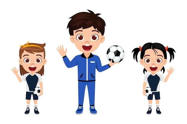 Glücklicher niedlicher kleiner kindermädchencharakter, der mit trainer mit fußball mit schönem trikot mit fröhlichem ausdruck winkt, isoliert