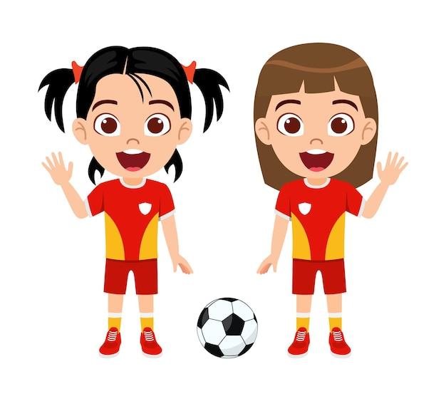Glücklicher niedlicher kleiner kindermädchencharakter mit fußball mit schönem rotem trikot mit fröhlichem ausdruck lokalisiert