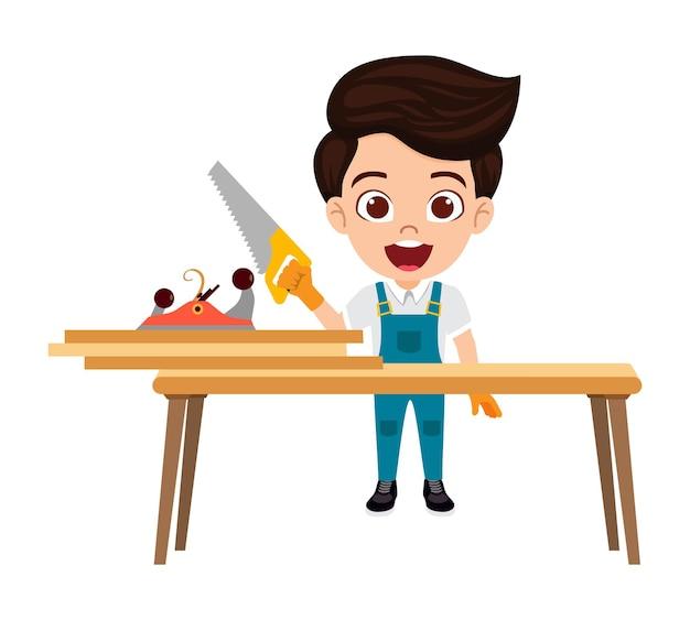 Glücklicher niedlicher kluger kinderschreinerjungencharakter, der hammer neben tisch mit ausrüstung und holzbrettern isoliert steht