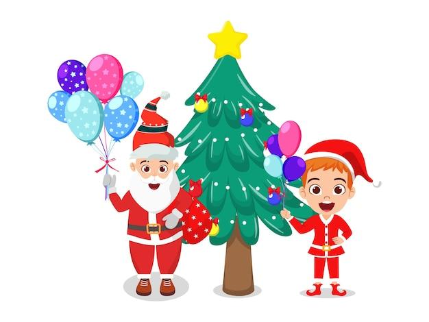 Glücklicher niedlicher schöner weihnachtsmann und kindjunge, der ballons und charismasbaum hält, der fröhliche charismas lokalisiert auf weißem hintergrund feiert
