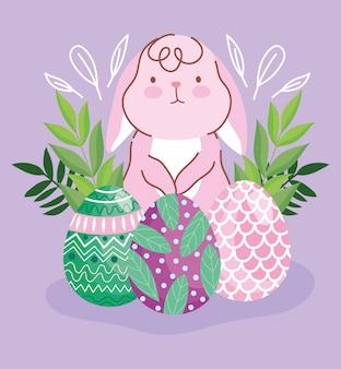 Glücklicher osterhase mit dekorativen eiern, die naturblätter malen