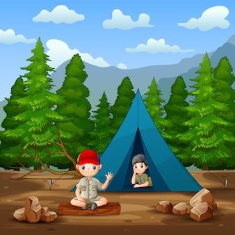 Glücklicher pfadfinderjunge und -mädchen in der campingplatzillustration