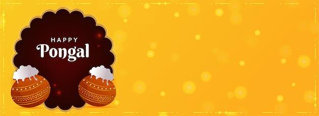Glücklicher pongal-text mit traditionellem gericht in schlammtöpfen auf braunem und gelbem bokeh-hintergrund