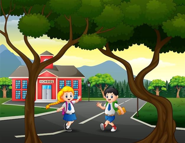 Glücklicher schüler zurück nach hause nach der schule