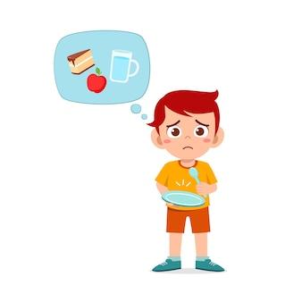 Glücklicher süßer junge fühlt sich hungrig essen wollen und denkt über essen nach