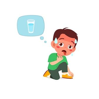 Glücklicher süßer junge fühlt sich wegen des heißen wetters während der sommersaison so durstig